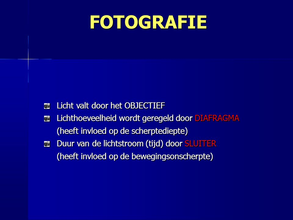 Licht valt door het OBJECTIEF Lichthoeveelheid wordt geregeld door DIAFRAGMA (heeft invloed op de scherptediepte) Duur van de lichtstroom (tijd) door SLUITER (heeft invloed op de bewegingsonscherpte) FOTOGRAFIE