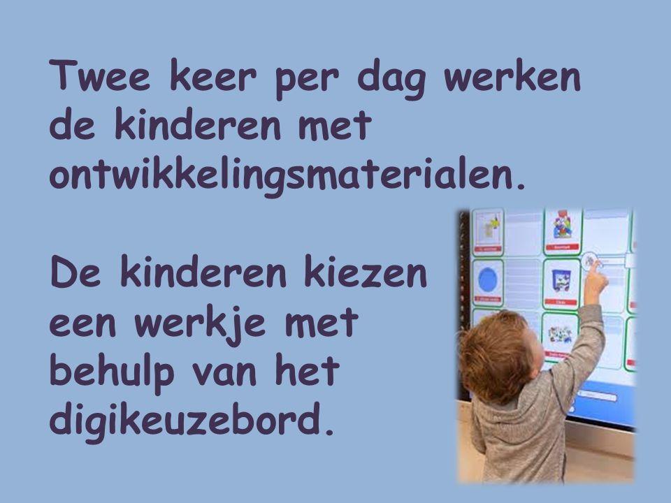 Twee keer per dag werken de kinderen met ontwikkelingsmaterialen. De kinderen kiezen een werkje met behulp van het digikeuzebord.