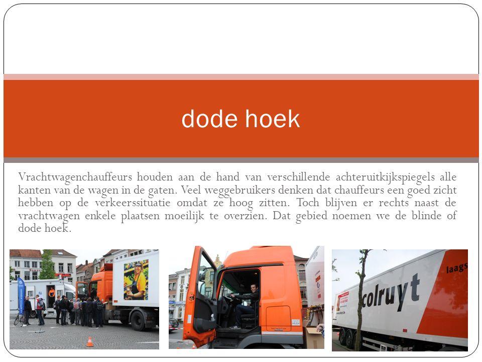 Vrachtwagenchauffeurs houden aan de hand van verschillende achteruitkijkspiegels alle kanten van de wagen in de gaten.