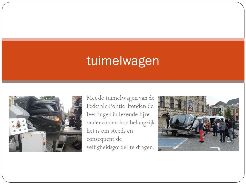 tuimelwagen Met de tuimelwagen van de Federale Politie konden de leerlingen in levende lijve ondervinden hoe belangrijk het is om steeds en consequent de veiligheidsgordel te dragen.