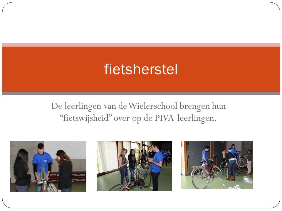De leerlingen van de Wielerschool brengen hun fietswijsheid over op de PIVA-leerlingen.