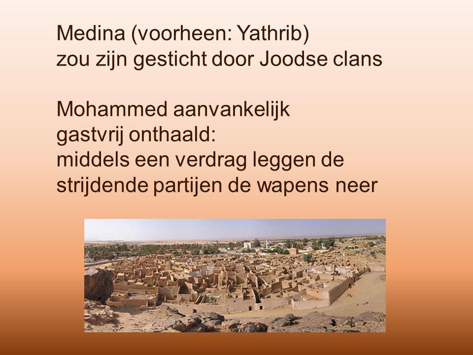 Medina (voorheen: Yathrib) zou zijn gesticht door Joodse clans Mohammed aanvankelijk gastvrij onthaald: middels een verdrag leggen de strijdende partijen de wapens neer
