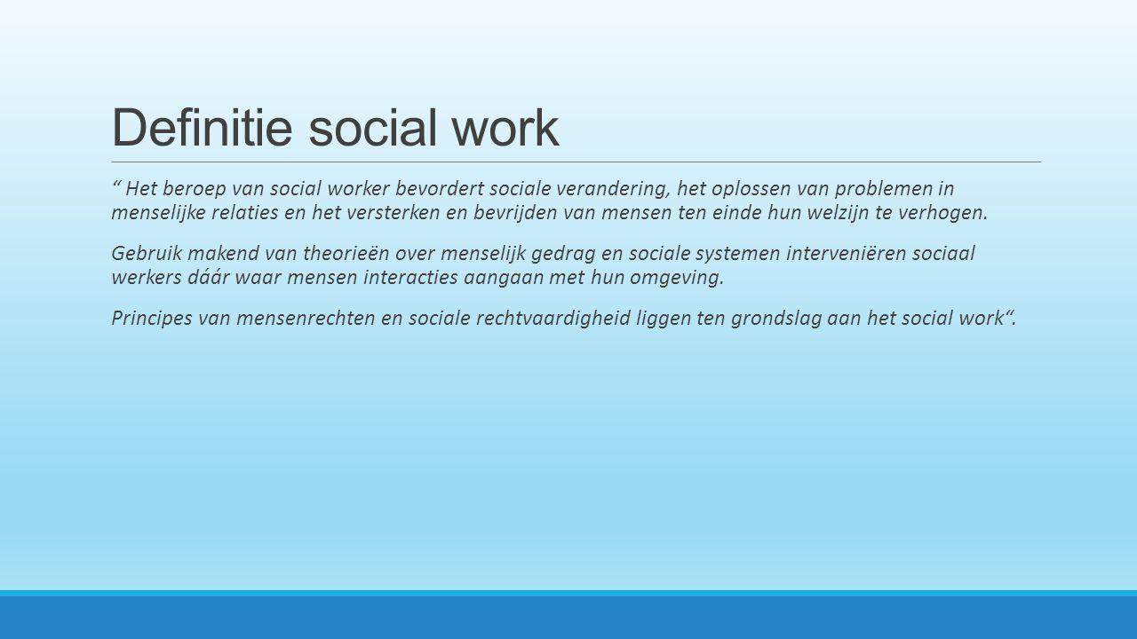 Definitie social work Het beroep van social worker bevordert sociale verandering, het oplossen van problemen in menselijke relaties en het versterken en bevrijden van mensen ten einde hun welzijn te verhogen.