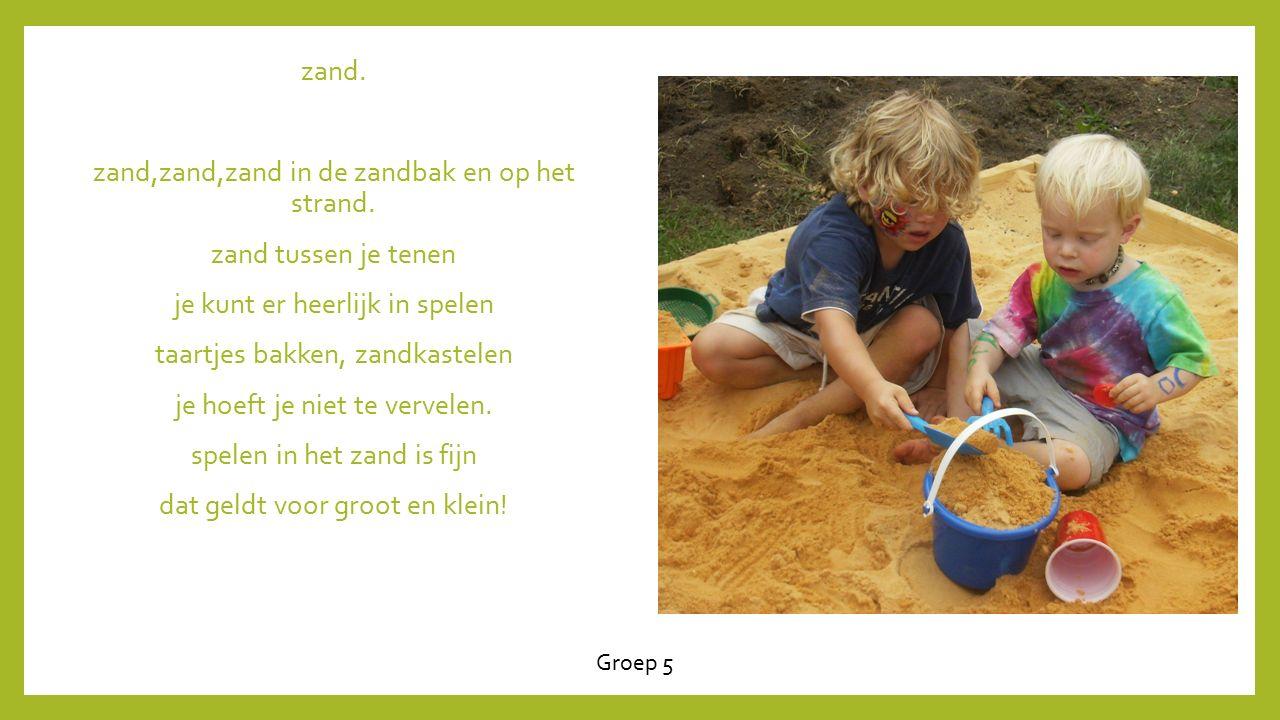 zand.zand,zand,zand in de zandbak en op het strand.