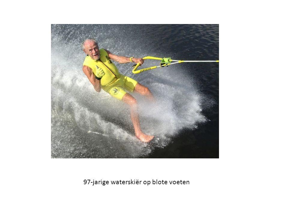 97-jarige waterskiër op blote voeten