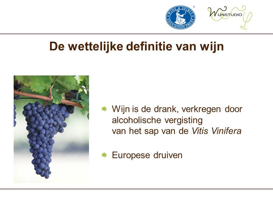De wettelijke definitie van wijn Wijn is de drank, verkregen door alcoholische vergisting van het sap van de Vitis Vinifera Europese druiven