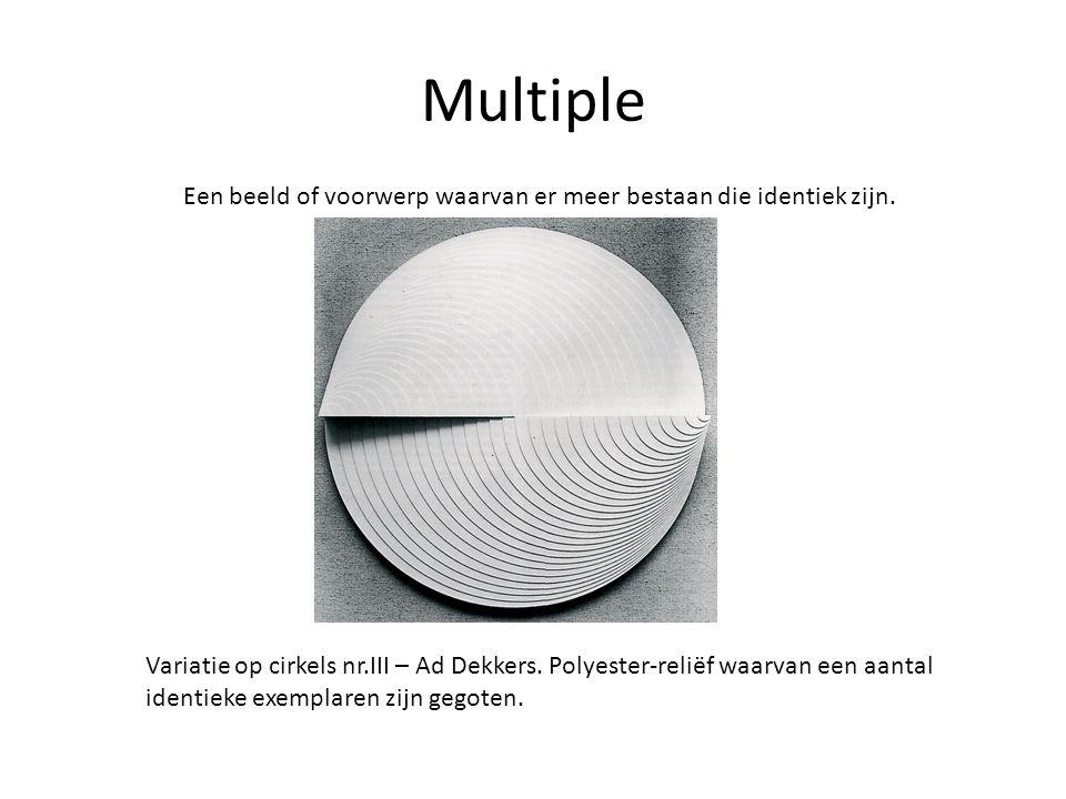 Multiple Een beeld of voorwerp waarvan er meer bestaan die identiek zijn. Variatie op cirkels nr.III – Ad Dekkers. Polyester-reliëf waarvan een aantal