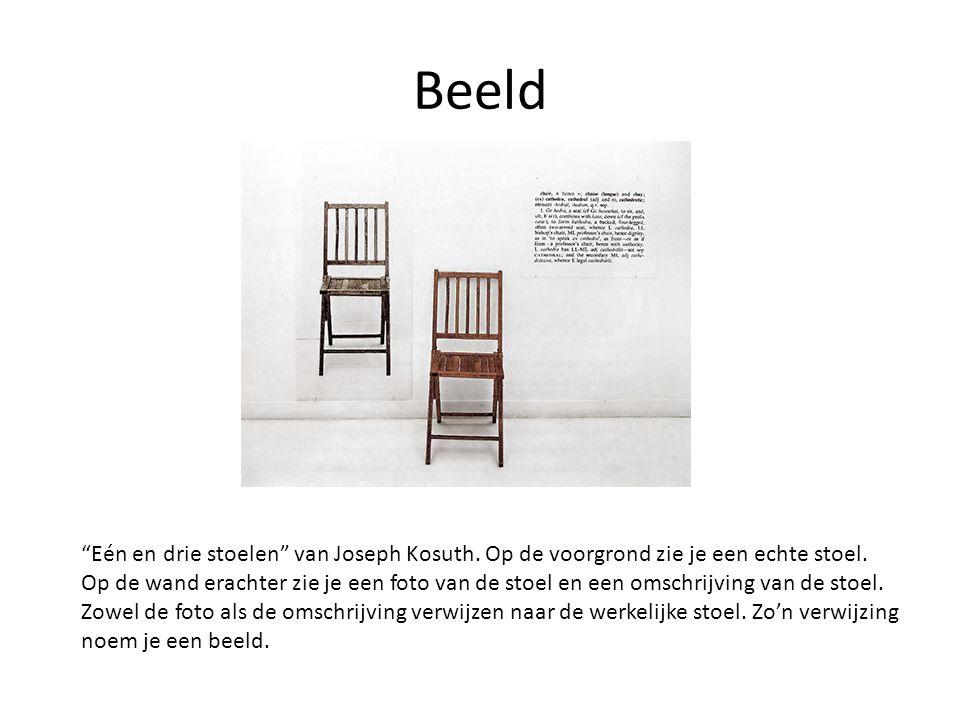 """Beeld """"Eén en drie stoelen"""" van Joseph Kosuth. Op de voorgrond zie je een echte stoel. Op de wand erachter zie je een foto van de stoel en een omschri"""
