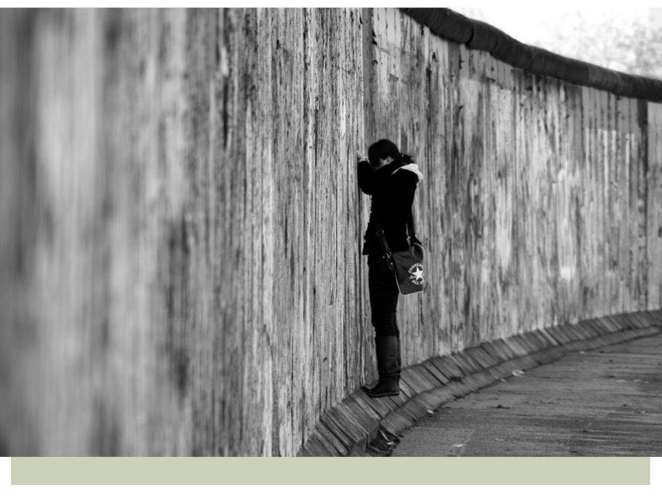 Om dit tegen te gaan werd er een muur om West-Berlijn heen gebouwd.