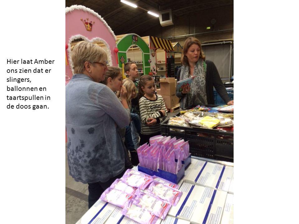 Hier laat Amber ons zien dat er slingers, ballonnen en taartspullen in de doos gaan.