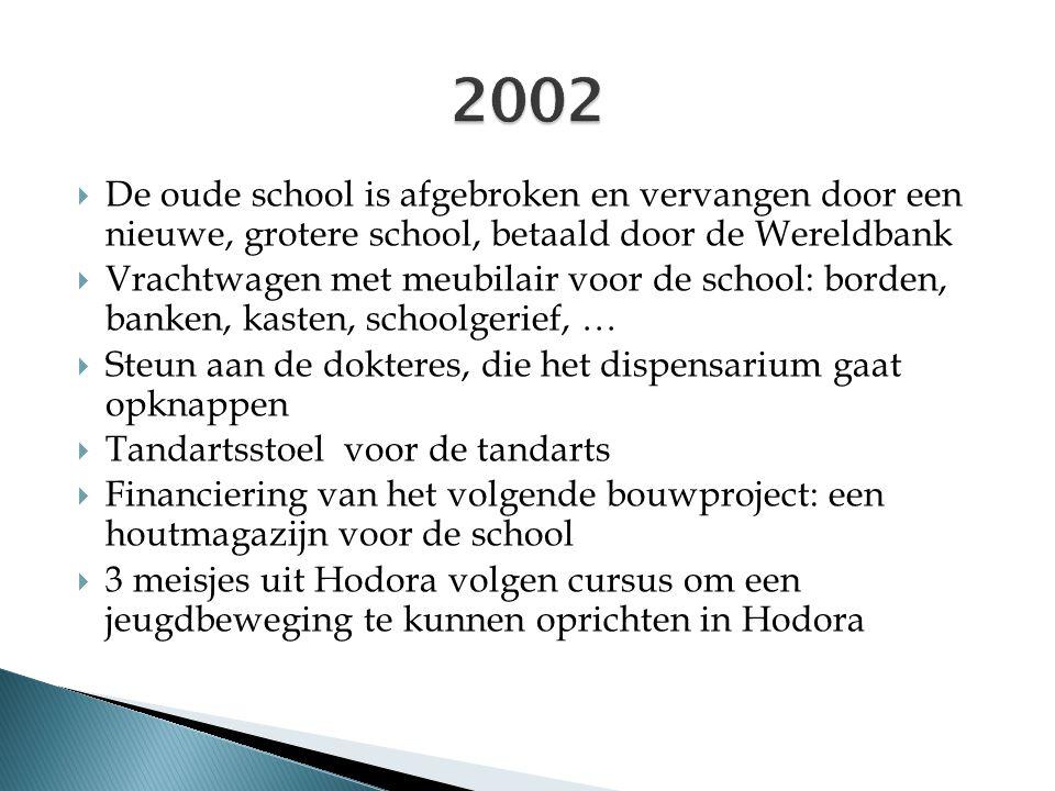  De oude school is afgebroken en vervangen door een nieuwe, grotere school, betaald door de Wereldbank  Vrachtwagen met meubilair voor de school: bo