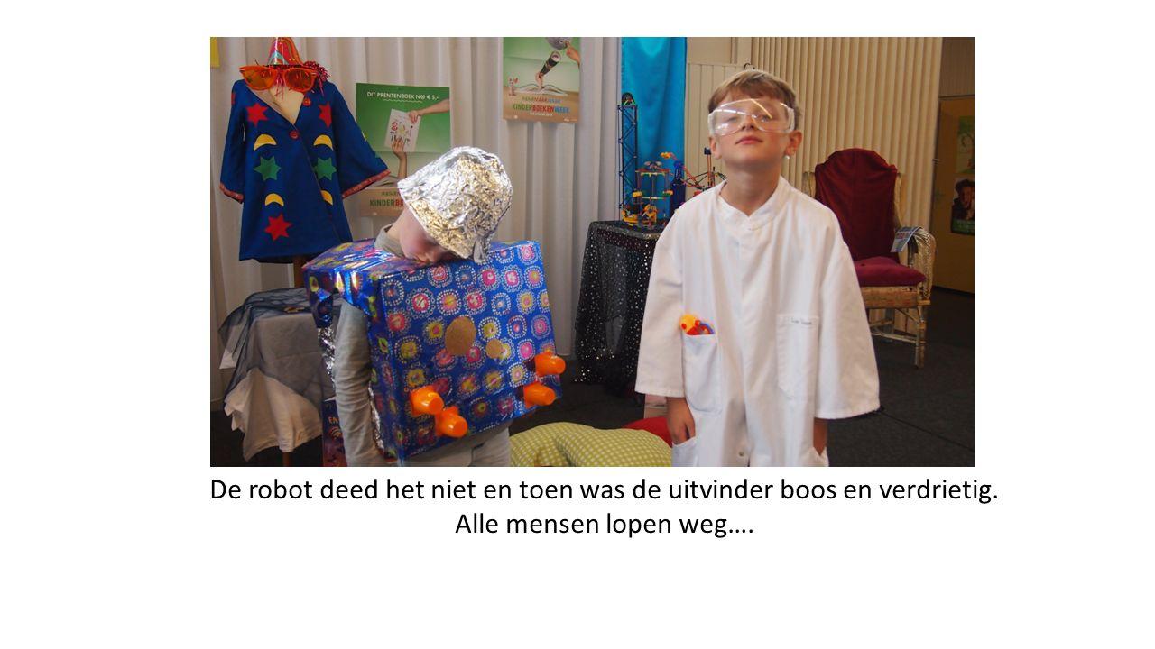 De robot deed het niet en toen was de uitvinder boos en verdrietig. Alle mensen lopen weg….