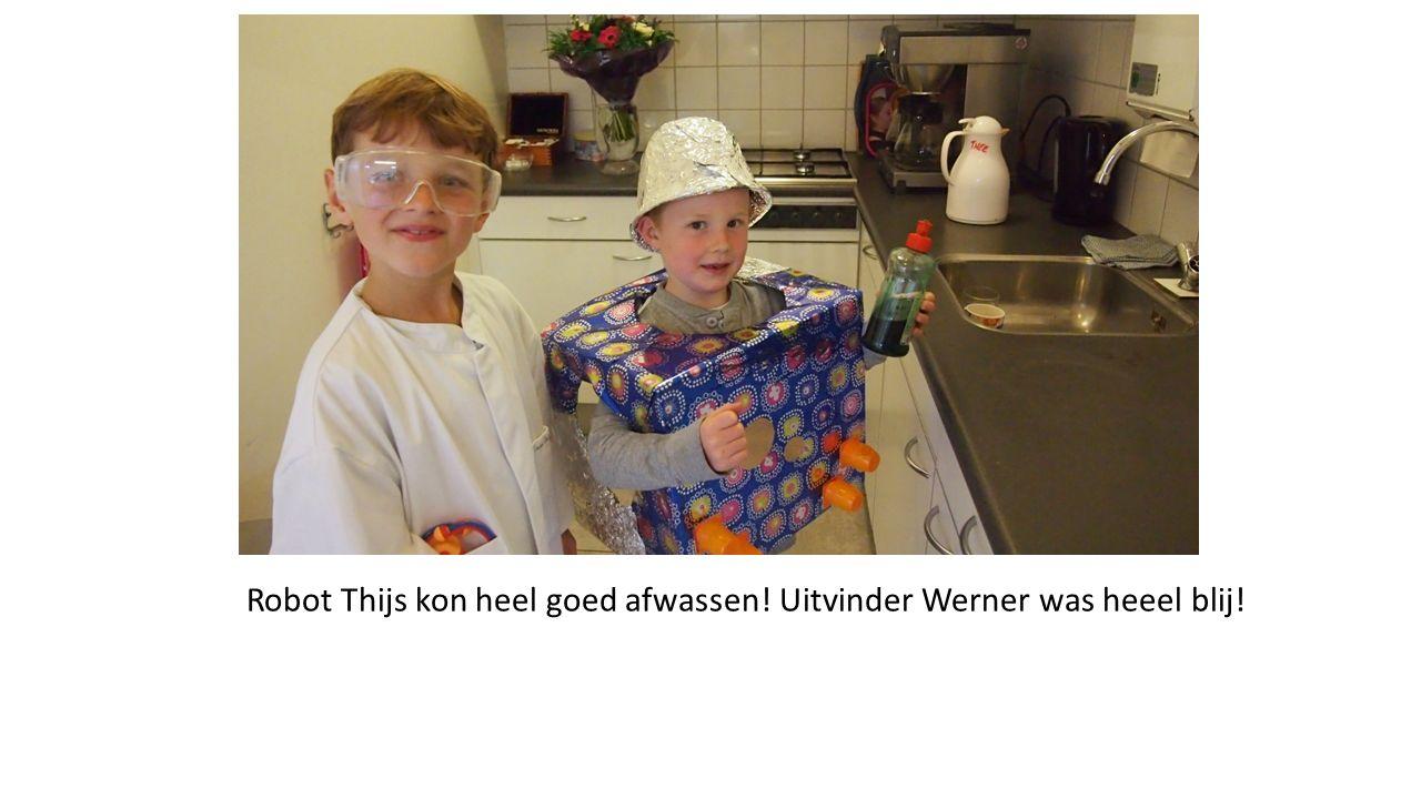Robot Thijs kon heel goed afwassen! Uitvinder Werner was heeel blij!