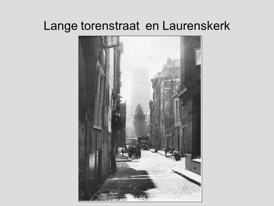 Gezicht op de besneeuwde Schiekade, met de Rotterdamse Schie. Op de achtergrond De Delftse Poort en de Sint Laurenskerk. Fotograaf: Henri Berssenbrugg