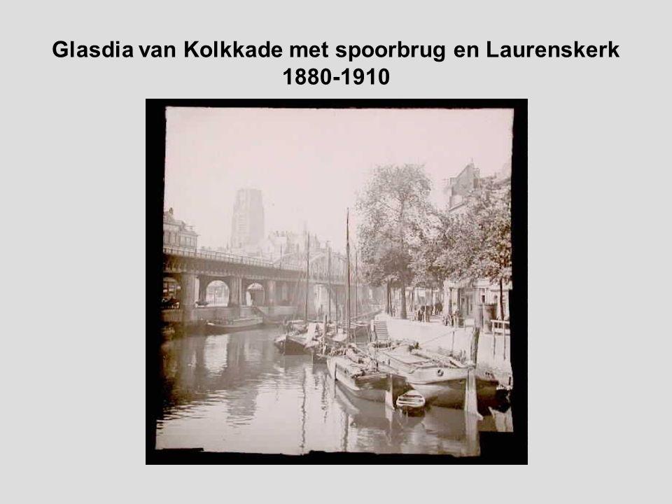 Handgekleurde glasdia van Kolkkade met spoorbrug en Laurenskerk 1880-1910