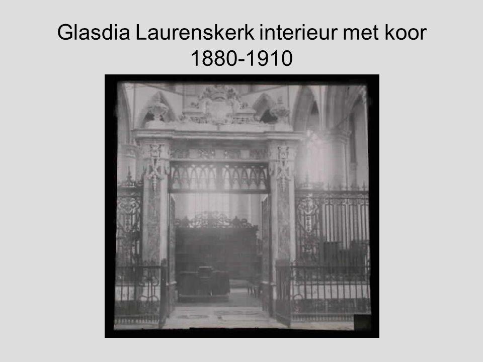 Glasdia Laurenskerk interieur met koorhek en man 1880-1910