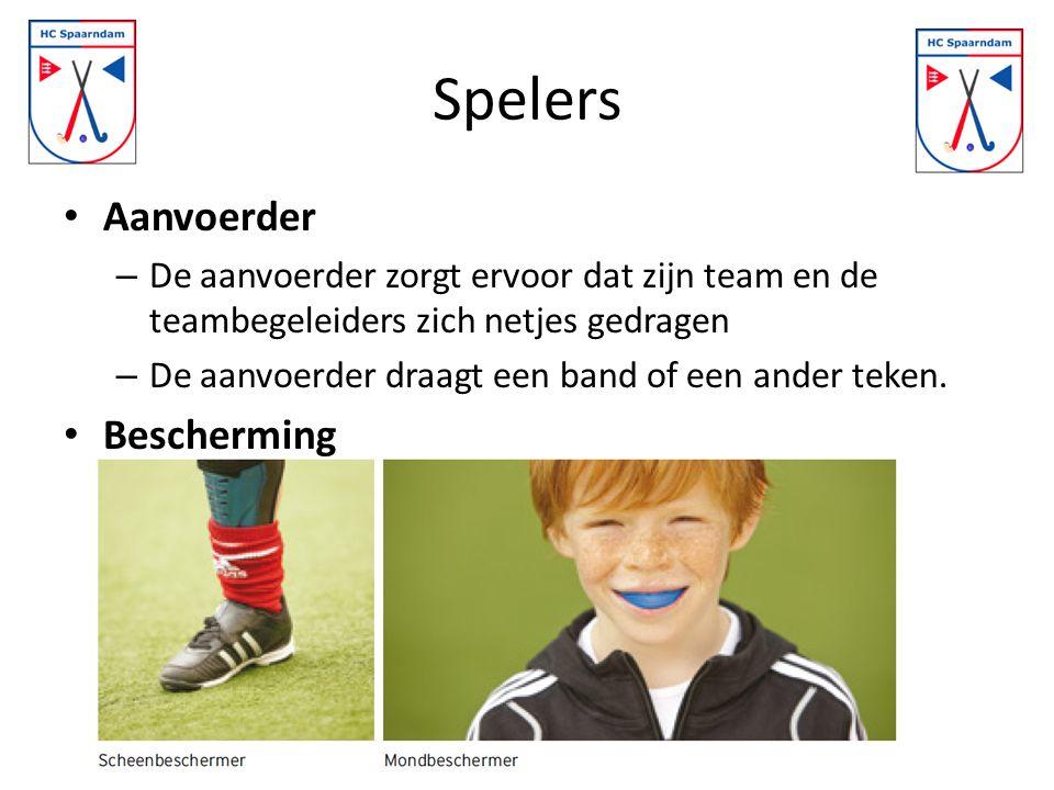 Spelers Aanvoerder – De aanvoerder zorgt ervoor dat zijn team en de teambegeleiders zich netjes gedragen – De aanvoerder draagt een band of een ander teken.