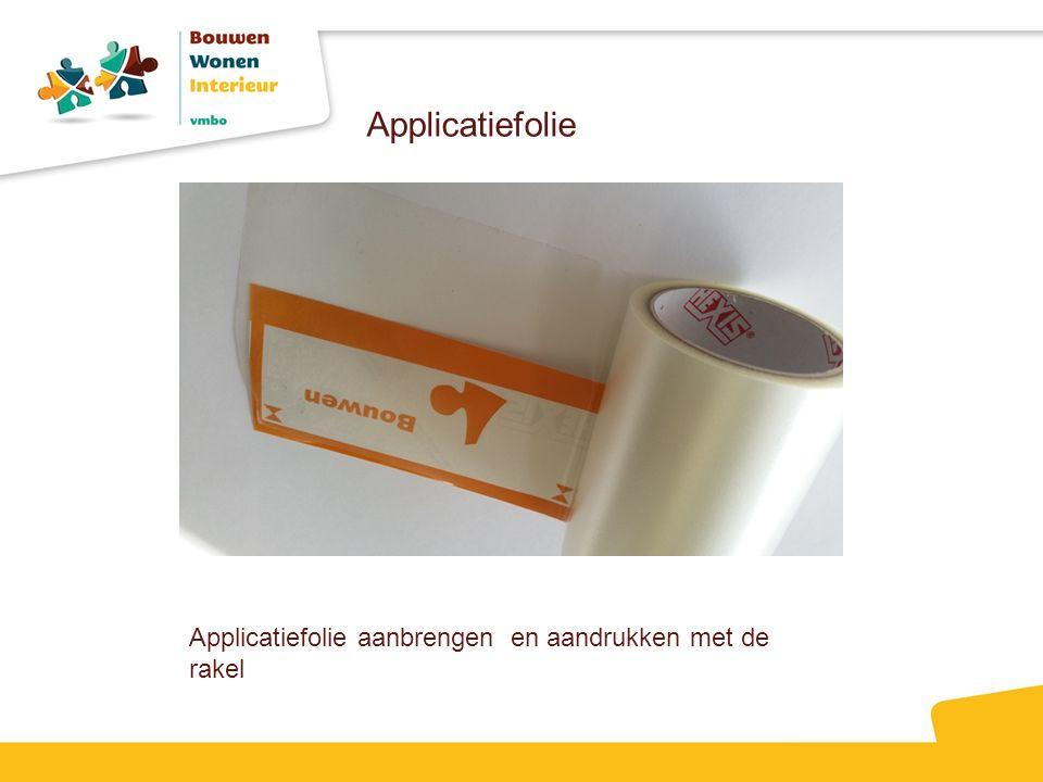 Applicatiefolie aanbrengen en aandrukken met de rakel Applicatiefolie