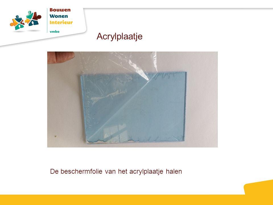 De beschermfolie van het acrylplaatje halen Acrylplaatje