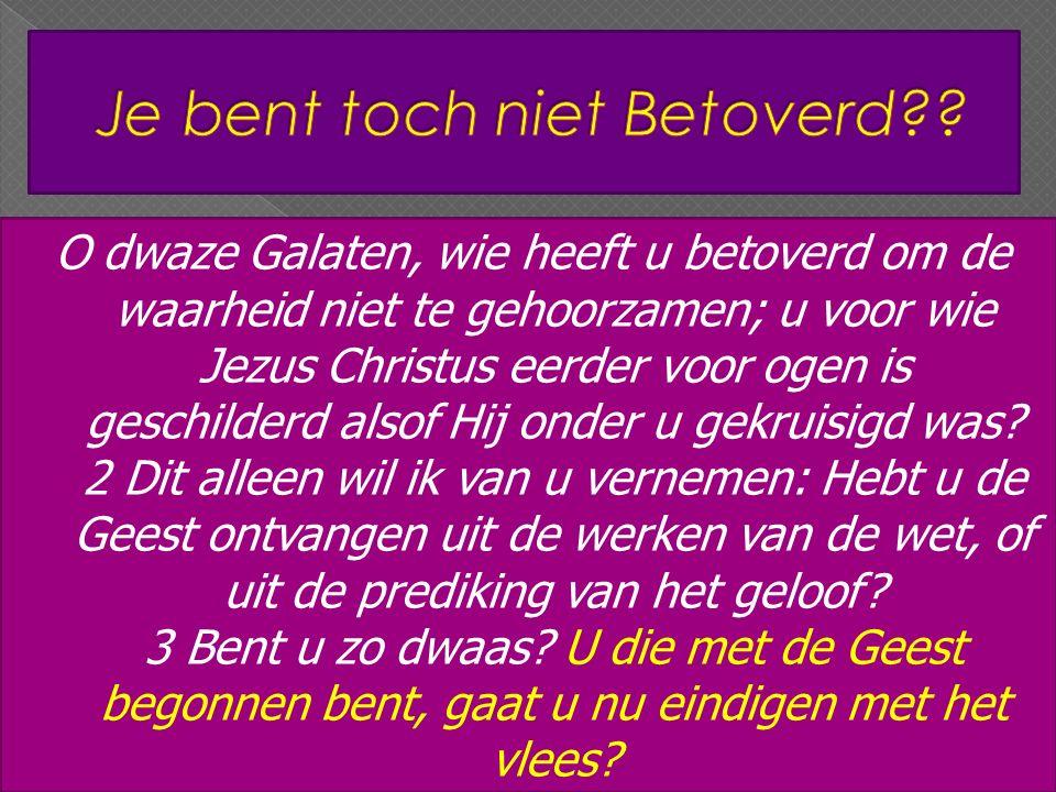 O dwaze Galaten, wie heeft u betoverd om de waarheid niet te gehoorzamen; u voor wie Jezus Christus eerder voor ogen is geschilderd alsof Hij onder u