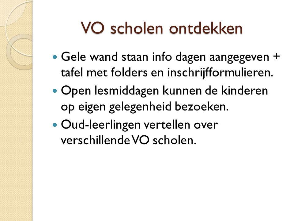 VO scholen ontdekken VO scholen ontdekken Gele wand staan info dagen aangegeven + tafel met folders en inschrijfformulieren.