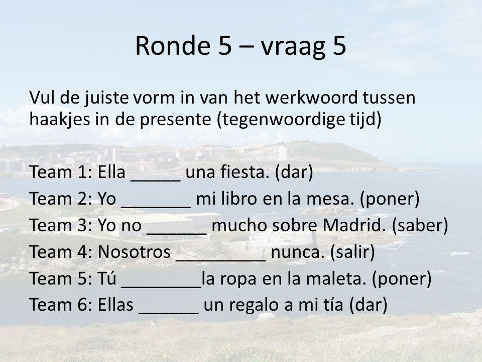 Ronde 5 – vraag 5 Vul de juiste vorm in van het werkwoord tussen haakjes in de presente (tegenwoordige tijd) Team 1: Ella _____ una fiesta.