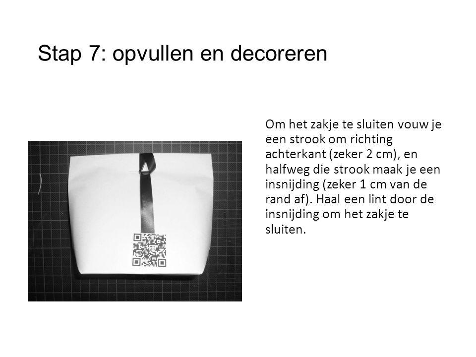 Stap 7: opvullen en decoreren Om het zakje te sluiten vouw je een strook om richting achterkant (zeker 2 cm), en halfweg die strook maak je een insnijding (zeker 1 cm van de rand af).