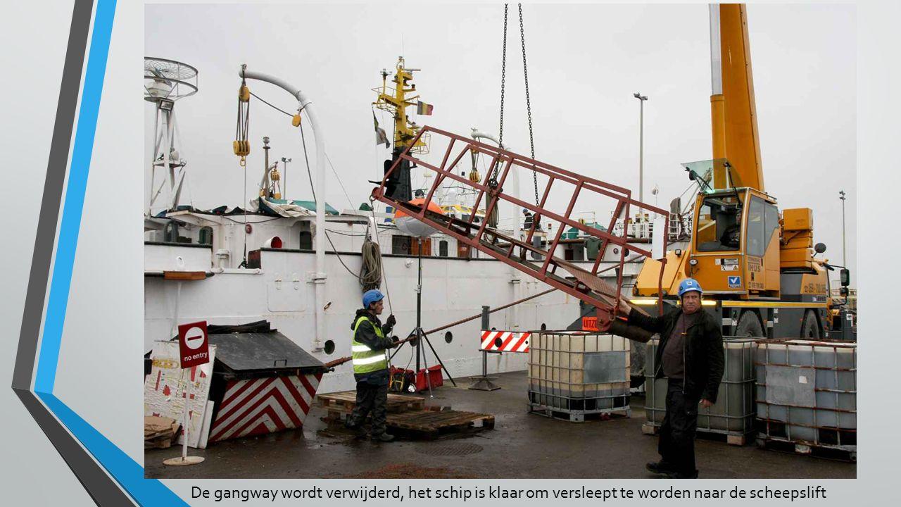 De gangway wordt verwijderd, het schip is klaar om versleept te worden naar de scheepslift