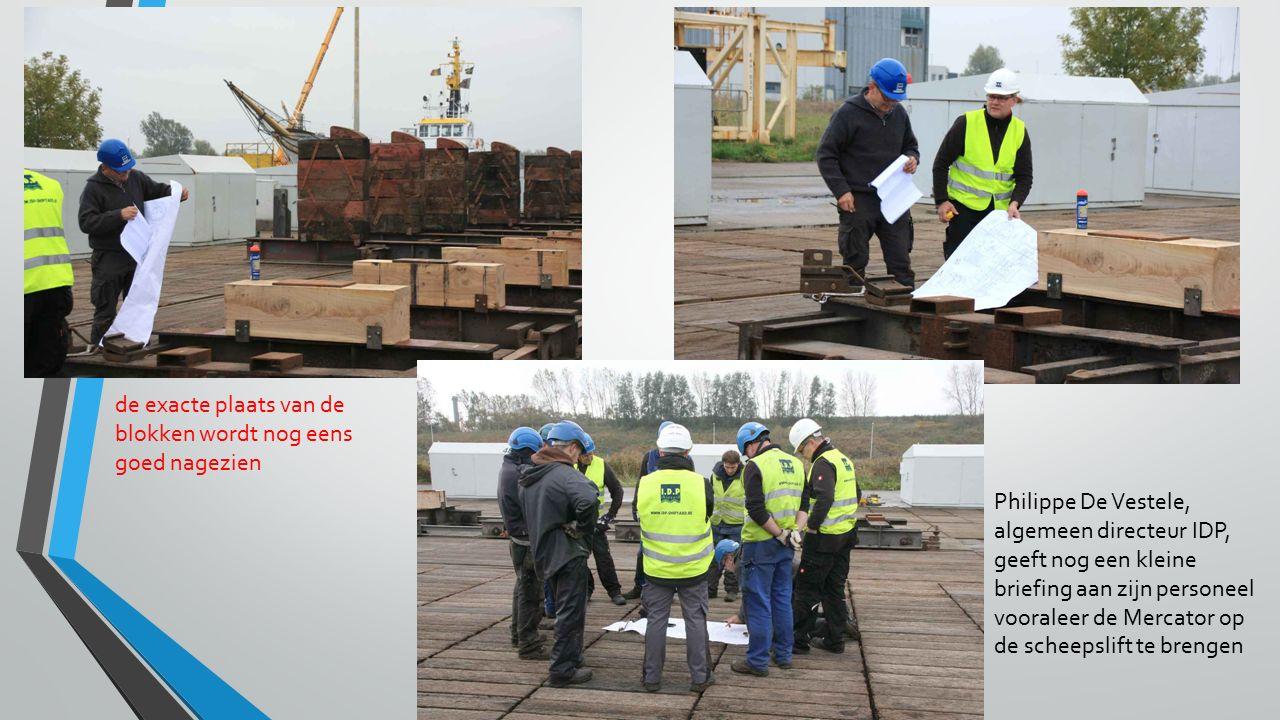 de exacte plaats van de blokken wordt nog eens goed nagezien Philippe De Vestele, algemeen directeur IDP, geeft nog een kleine briefing aan zijn personeel vooraleer de Mercator op de scheepslift te brengen