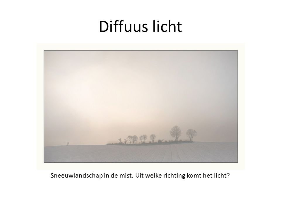 Diffuus licht Sneeuwlandschap in de mist. Uit welke richting komt het licht?