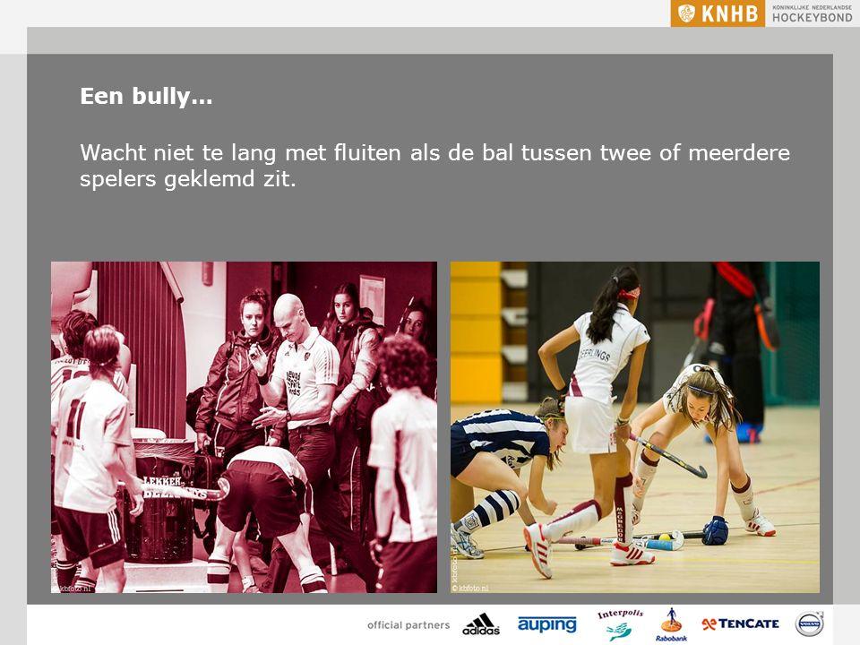 Een bully… Wacht niet te lang met fluiten als de bal tussen twee of meerdere spelers geklemd zit.