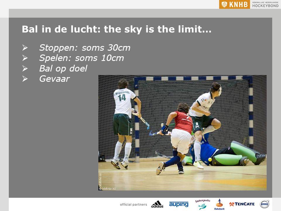 Bal in de lucht: the sky is the limit…  Stoppen: soms 30cm  Spelen: soms 10cm  Bal op doel  Gevaar