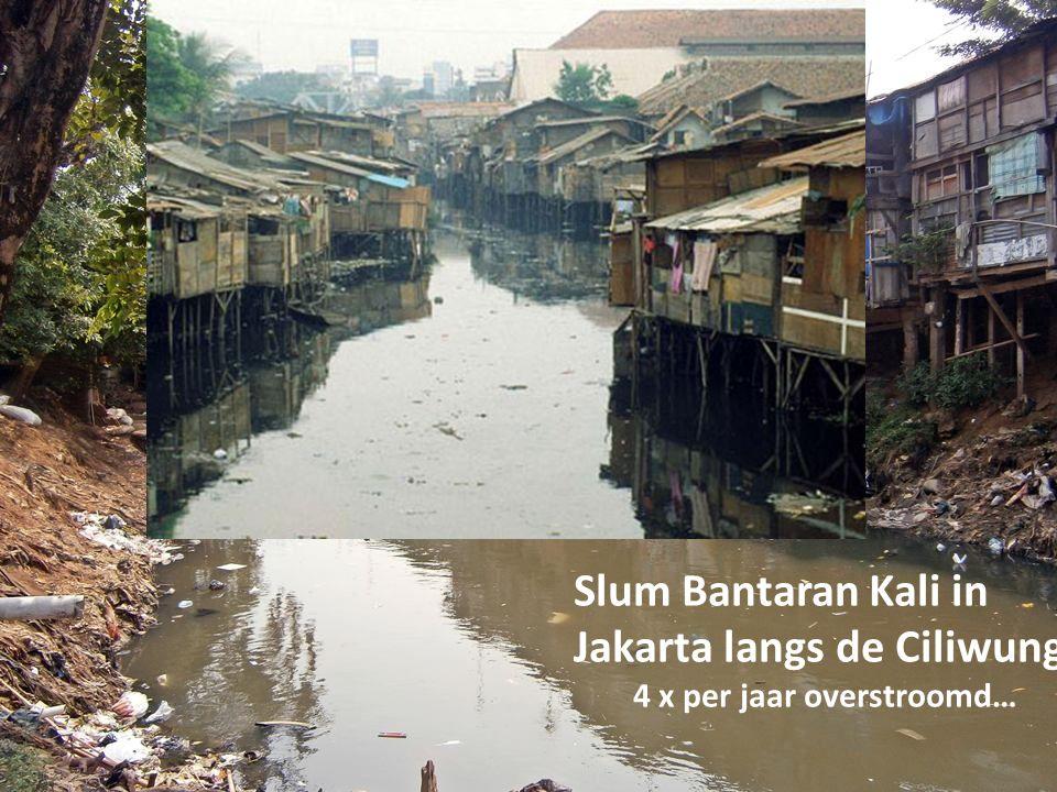 Slum Bantaran Kali in Jakarta langs de Ciliwung 4 x per jaar overstroomd…