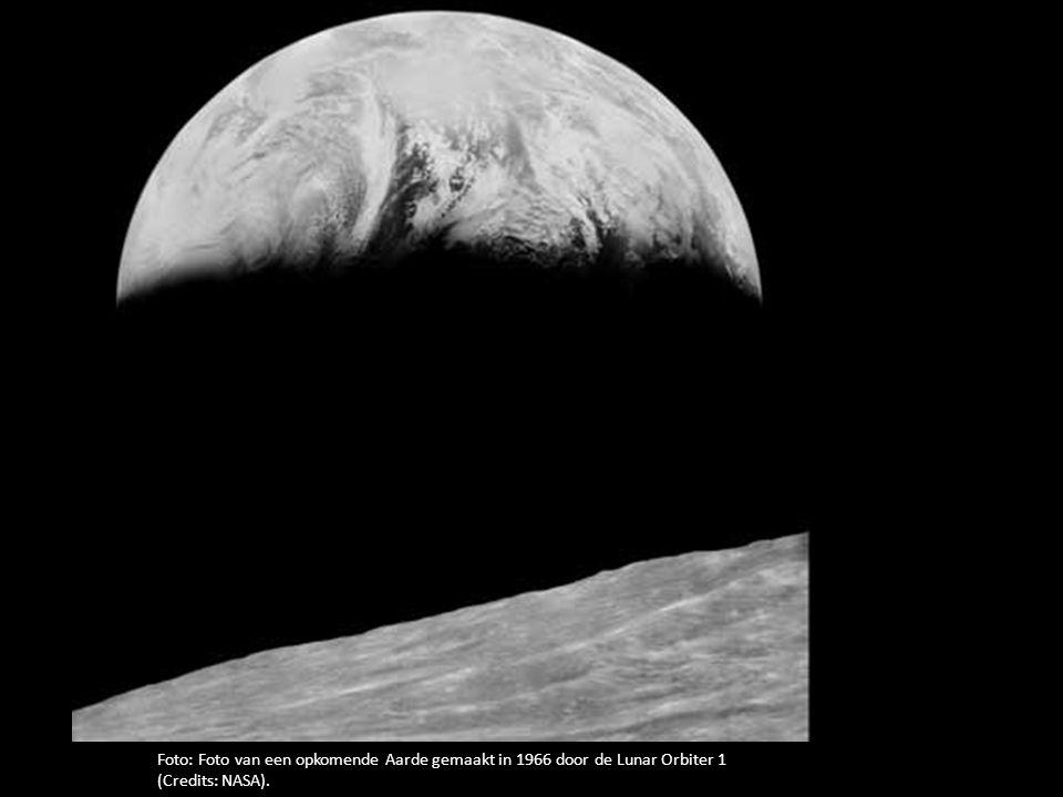 Foto: Foto van een opkomende Aarde gemaakt in 1966 door de Lunar Orbiter 1 (Credits: NASA).