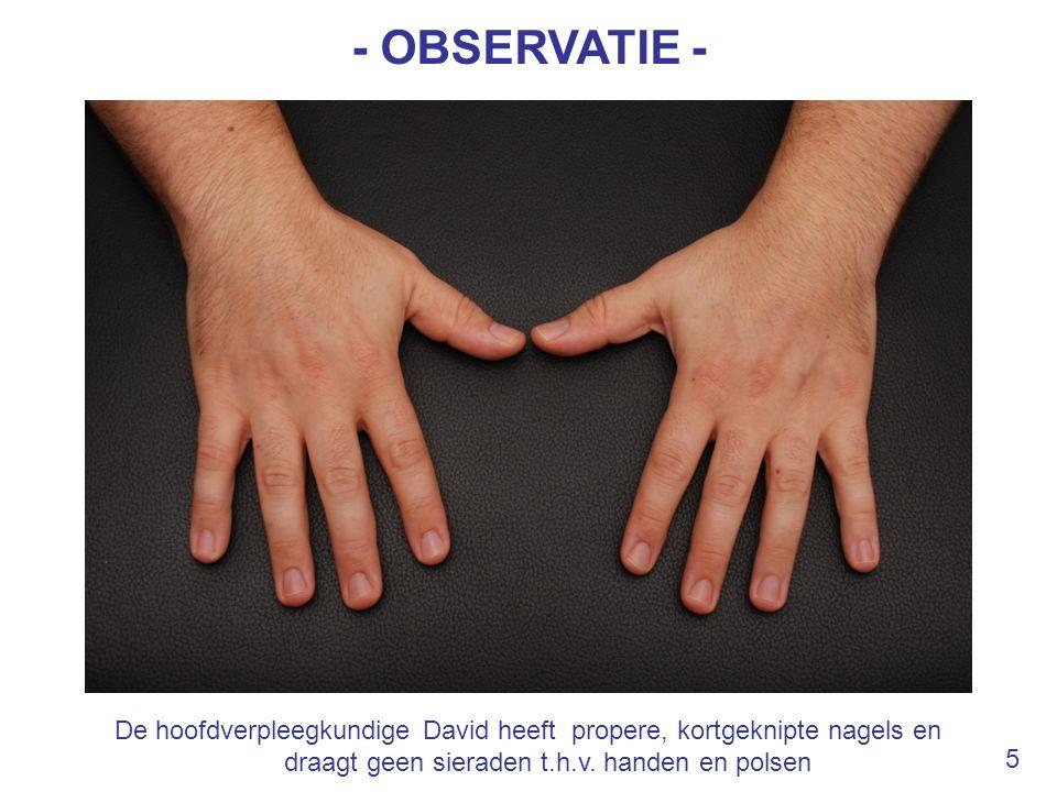De hoofdverpleegkundige David heeft propere, kortgeknipte nagels en draagt geen sieraden t.h.v. handen en polsen - OBSERVATIE - 5