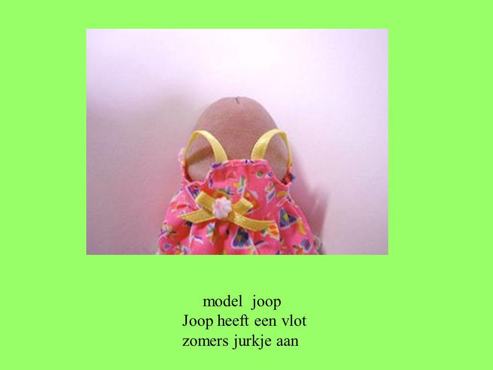 model joop Joop heeft een vlot zomers jurkje aan
