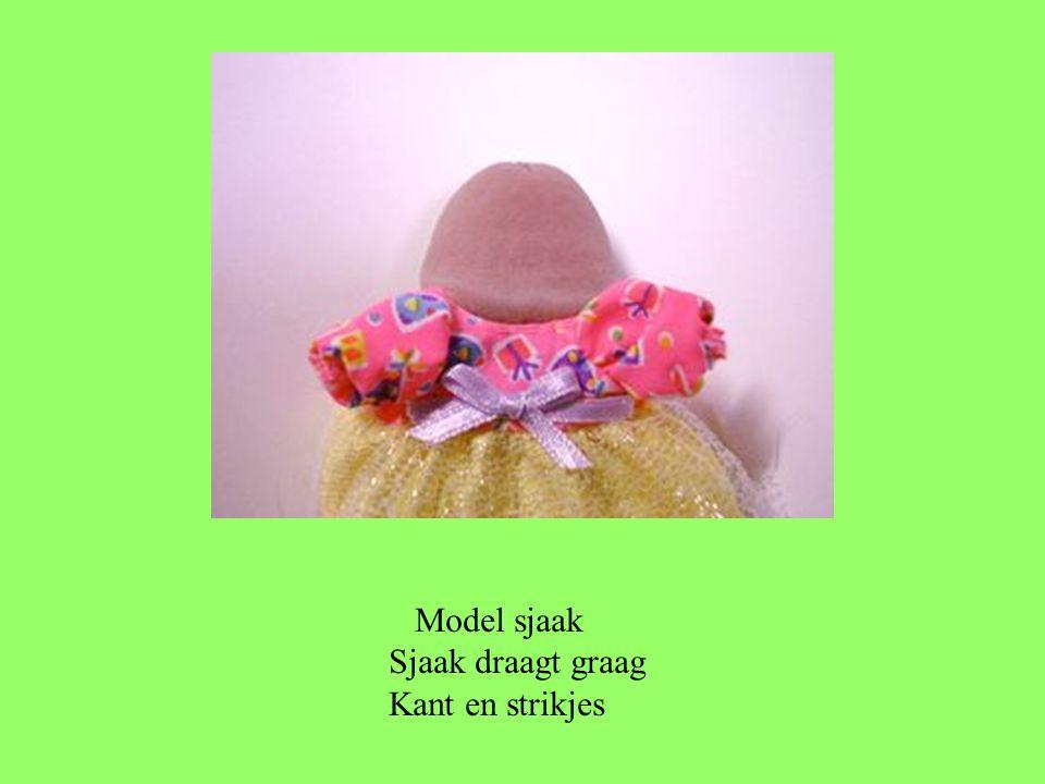 Model sjaak Sjaak draagt graag Kant en strikjes