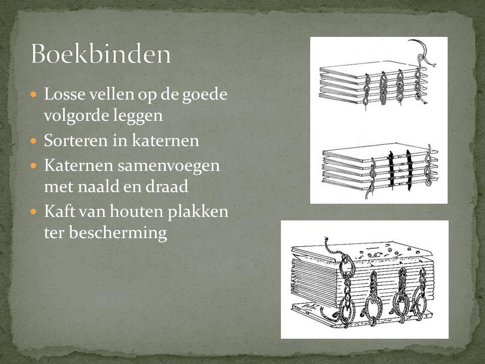 Losse vellen op de goede volgorde leggen Sorteren in katernen Katernen samenvoegen met naald en draad Kaft van houten plakken ter bescherming