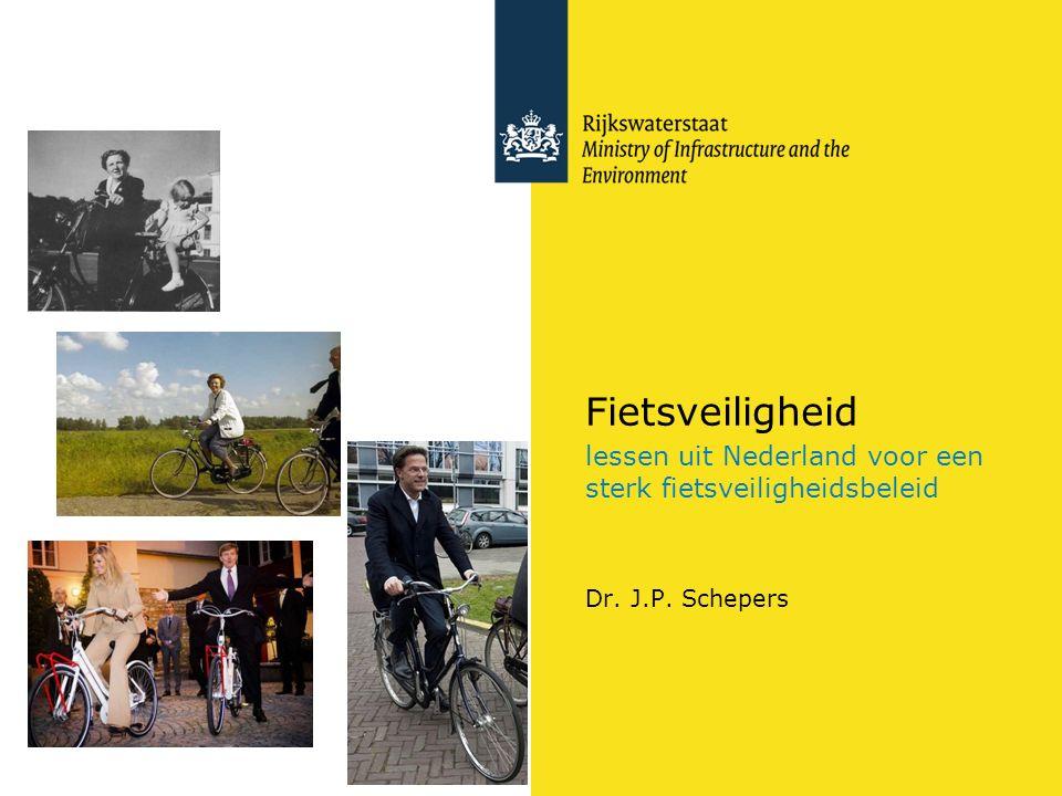 Rijkswaterstaat 2Fietsveiligheid RWS UNCLASS Inhoud Ontwikkeling fietsveiligheid in Nederland Fietsveiligheid dankzij een hoog fietsgebruik of verkeersveiligheidsbeleid.