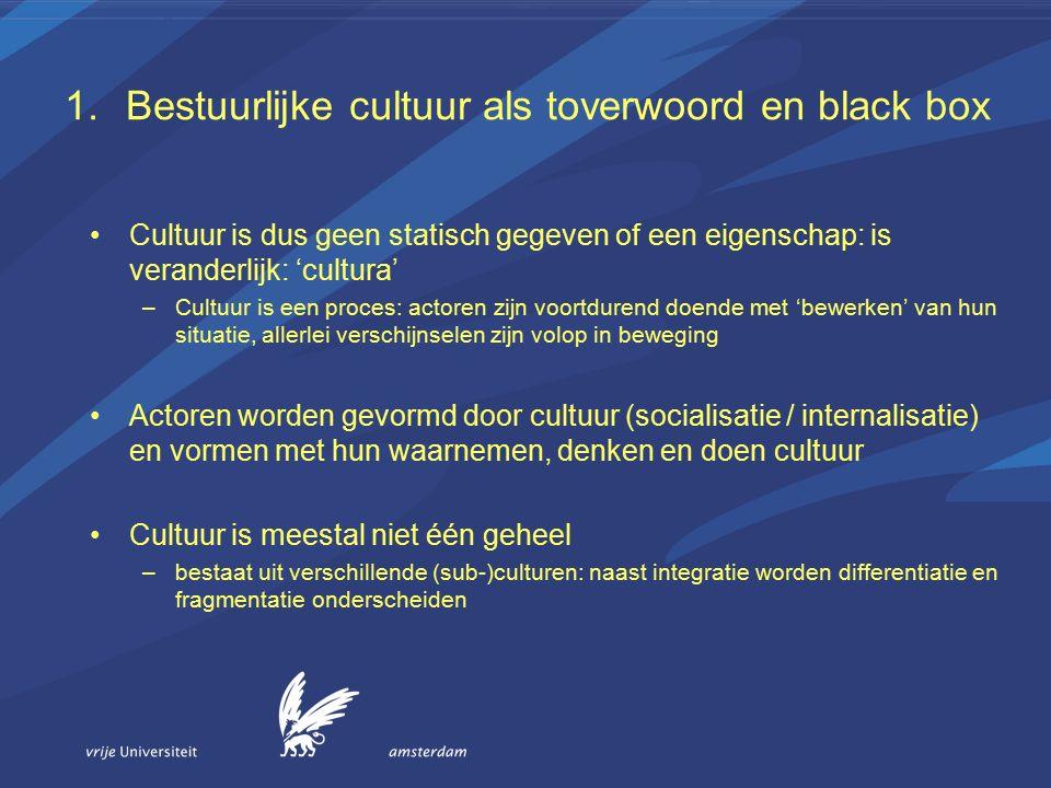 Cultuur is dus geen statisch gegeven of een eigenschap: is veranderlijk: 'cultura' –Cultuur is een proces: actoren zijn voortdurend doende met 'bewerken' van hun situatie, allerlei verschijnselen zijn volop in beweging Actoren worden gevormd door cultuur (socialisatie / internalisatie) en vormen met hun waarnemen, denken en doen cultuur Cultuur is meestal niet één geheel –bestaat uit verschillende (sub-)culturen: naast integratie worden differentiatie en fragmentatie onderscheiden
