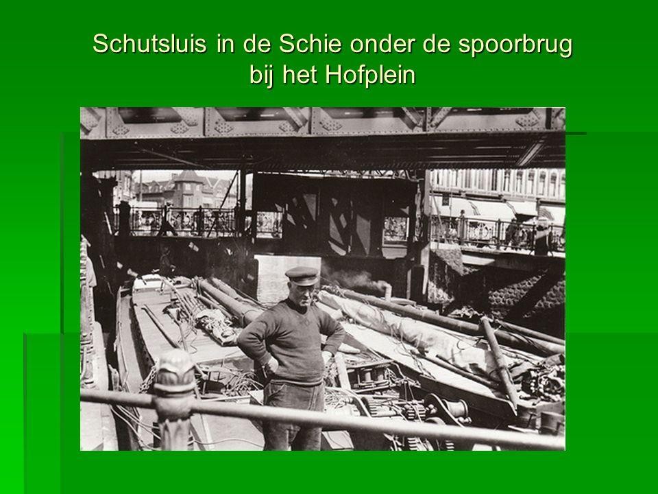 Schutsluis in de Schie onder de spoorbrug bij het Hofplein