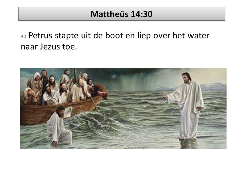 Mattheüs 14:30 30 Petrus stapte uit de boot en liep over het water naar Jezus toe.