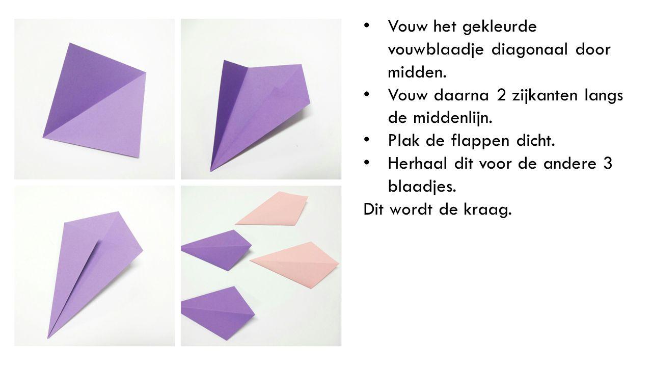 Vouw het gekleurde vouwblaadje diagonaal door midden. Vouw daarna 2 zijkanten langs de middenlijn. Plak de flappen dicht. Herhaal dit voor de andere 3