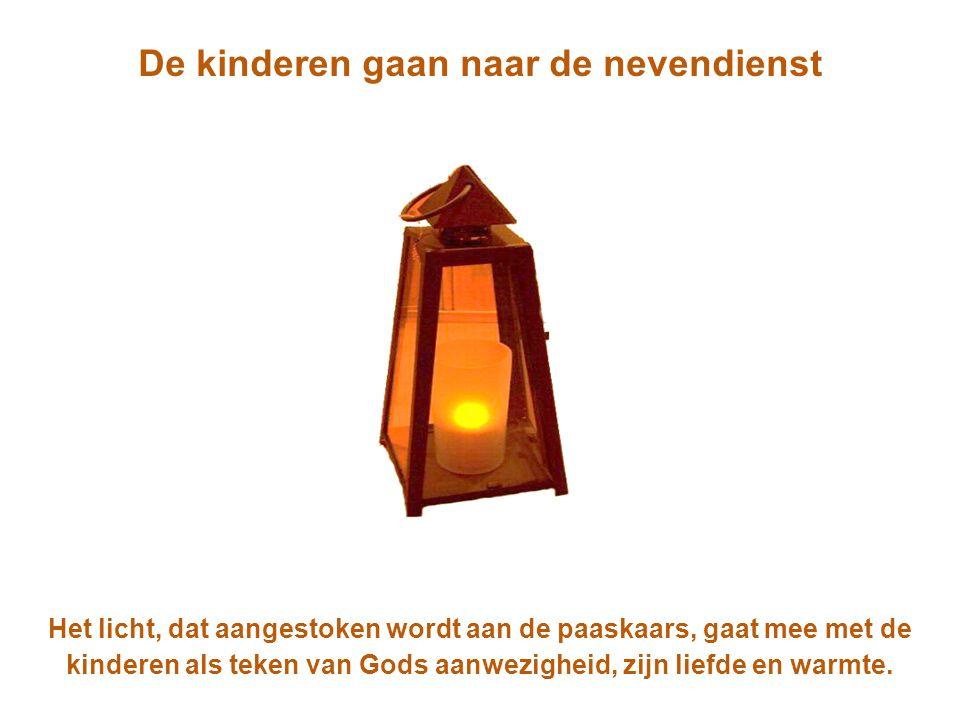 De kinderen gaan naar de nevendienst Het licht, dat aangestoken wordt aan de paaskaars, gaat mee met de kinderen als teken van Gods aanwezigheid, zijn