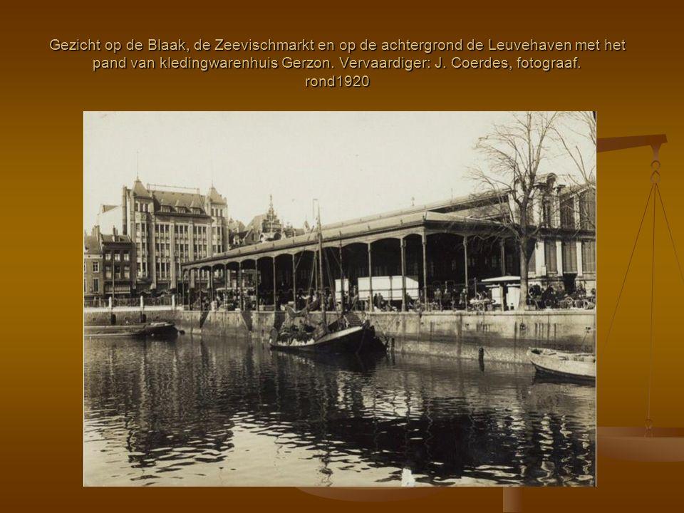 Gezicht op de Blaak, de Zeevischmarkt en op de achtergrond de Leuvehaven met het pand van kledingwarenhuis Gerzon. Vervaardiger: J. Coerdes, fotograaf