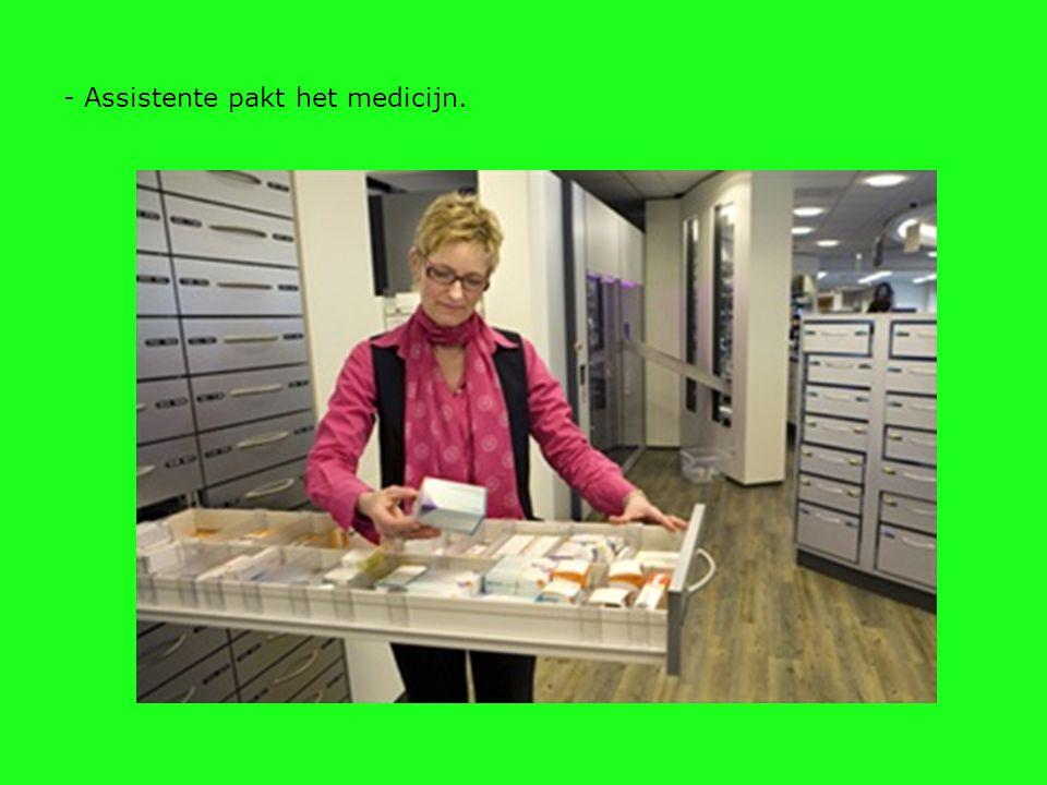 - Assistente pakt het medicijn.