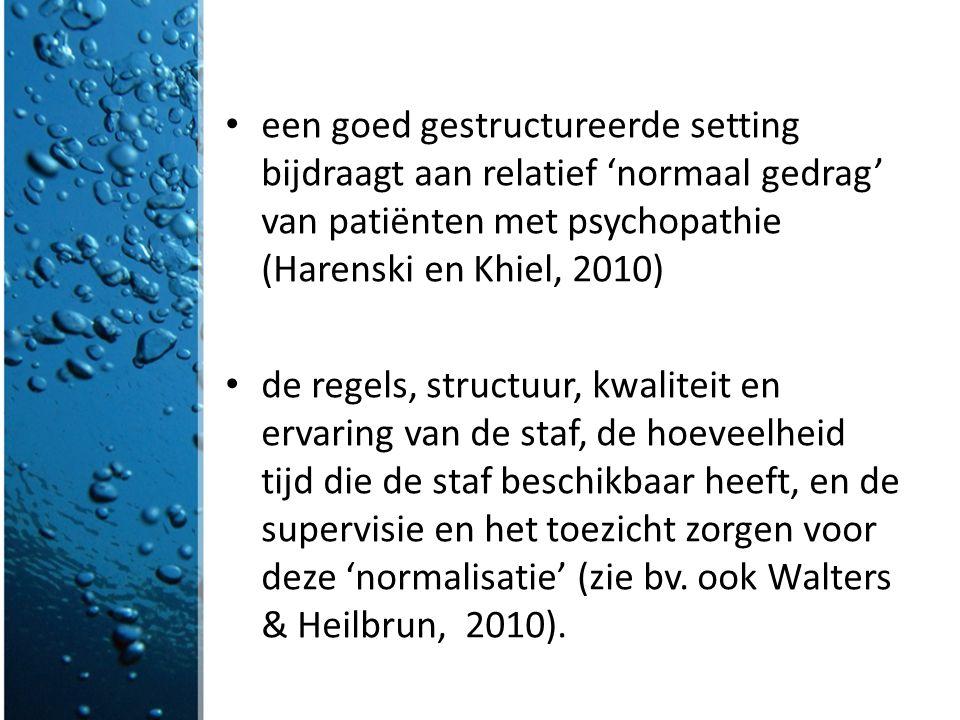 een goed gestructureerde setting bijdraagt aan relatief 'normaal gedrag' van patiënten met psychopathie (Harenski en Khiel, 2010) de regels, structuur