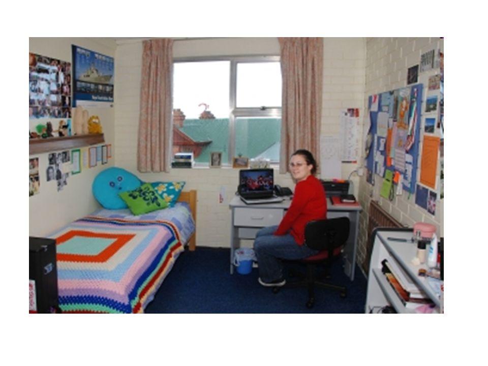 De slaapkamer Het bed Het hoofdkussen De bureau De bureaustoel De computer Het raam De gordijnen (het gordijn)