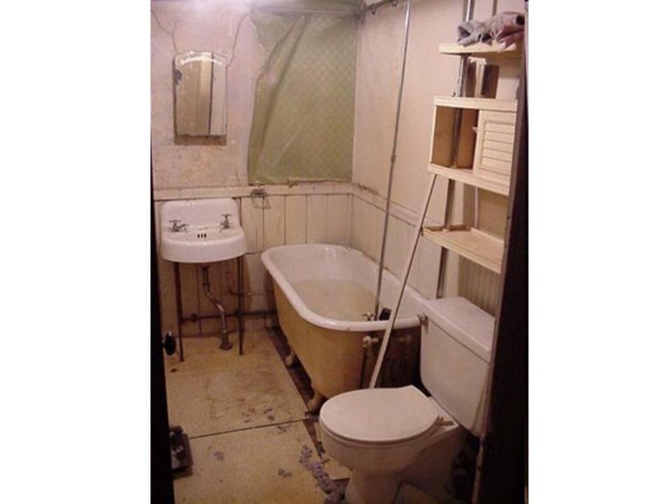 De badkamer De wastafel Het bad Het toilet De spiegel
