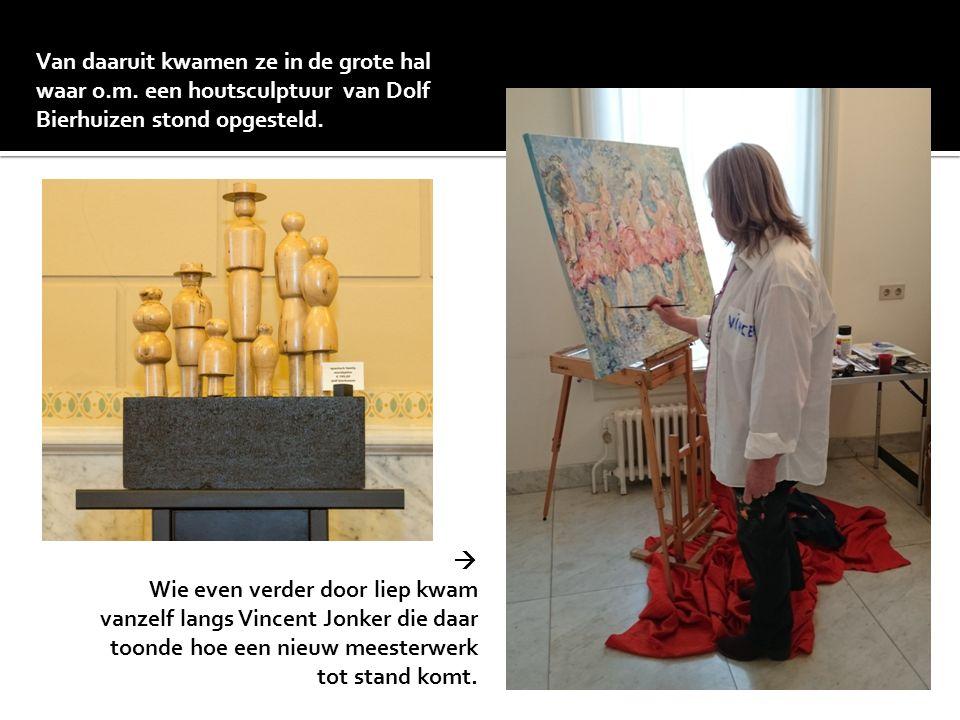Van daaruit kwamen ze in de grote hal waar o.m. een houtsculptuur van Dolf Bierhuizen stond opgesteld.  Wie even verder door liep kwam vanzelf langs
